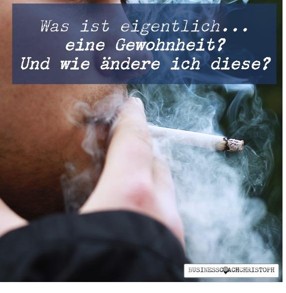 Person raucht eine Zigarette und viel Rauch steigt auf